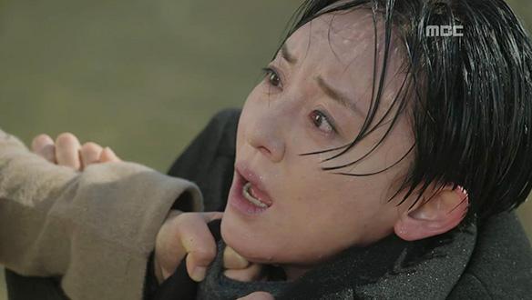 """""""액받이? 그까짓 게 뭔데 죽어!""""…민채린(이유리)이 살린 김실장(윤다경) [46회]"""