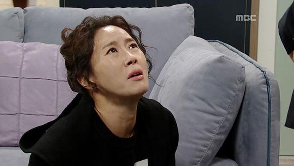 """""""제발 도와주세요""""… 한주원(김혜선)에게 무릎 꿇는 용심(김희정) [118회]"""